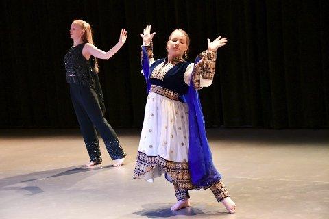 BOLLYWOOD: Den eksotiske dansen er en av flere flotte koreografier under danselinjas elevforestilling i St. Hallvard Vgs' dansehus. I kveld er siste forestilling.