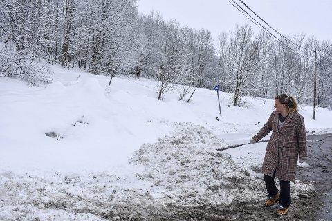 Skyver snøen: Kristina Folkestad med det som er igjen av snø etter at familien måkte seg ut. – Dette er ingenting i forhold til det som hauges opp når det virkelig snør, sier hun.