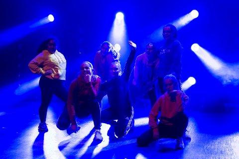 Dansegruppa The Breakers var første innslag på scenen under første forestilling.