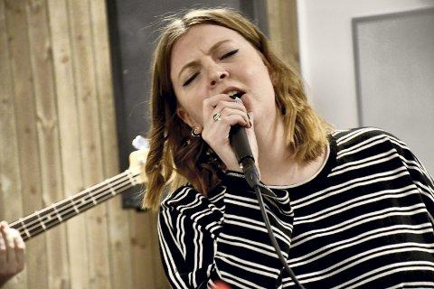 MED TRØKK: Ida Kampenhaug (25) fra Tranby leverer intenst og fokusert vokalarbeid i bandet Ida & Gutta, som vi får gleden av å oppleve under Lierdagene.