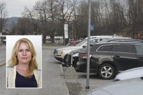 Jobber med saken: Kommunalsjef for steds- og samfunnsutvikling, Sikke Næsheim (innfelt) forklarer at det jobbes kontinuerlig med å bedre parkeringssituasjonen i Lierbyen.