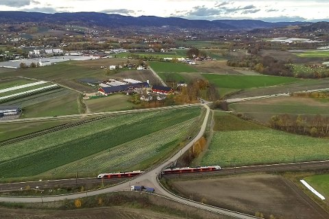 Bekrefter: SVV bekrefter at en løsning over Huseby fortsatt er aktuell. Veien vil da gå over jordene til venstre for Huseby Gård (midt i bildet).FOTO: NILS MAUDAL