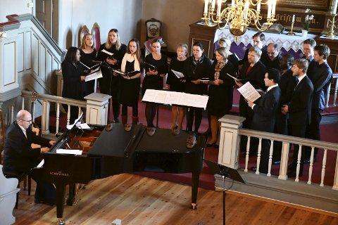 WALDEMAR OG KORET: Kantor og dirigent Waldemar Nowak leder Tranby Kantori fra flygelkrakken i Frogner kirke under det som kanskje blir deres siste konsert.