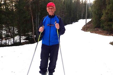 LANG SESONG: 81-åringen Olav Garås tok kveldsturen på ski fra Martinsløkka i Lier en av de siste dagene i april.