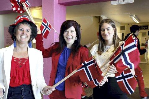 Flaggborgen: Klare for å ta imot elevene med 17. mai-stemning. Fra venstre: Line Charlotte Ølstad, Nina Myrhaug og Andrine Larsen Asbjørnsen. Foto: Privat
