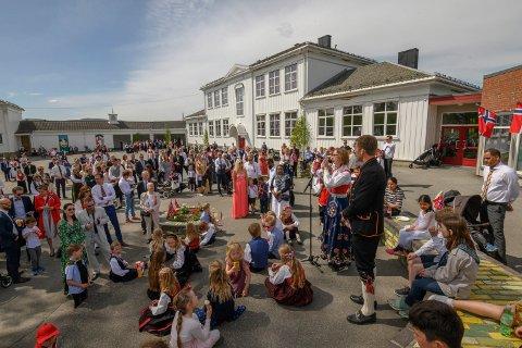 DEN VAR TIDER DERE: Denne type arrangementer som her fra Gullaug skole, blir ikke tillatt i 2021. Men kommuneledelsen åpner opp for flere besøkende i private hjem på nasjonaldagen.