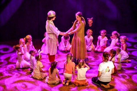KJÆRLIGHETEN VANT: Og søt musikk har oppstått mellom Aladdin og Prinsesse Shabana (Kristian Korsvik og Mathilde Marie Flage Fjeldheim) i fredagens forestilling på Lier kulturscene.