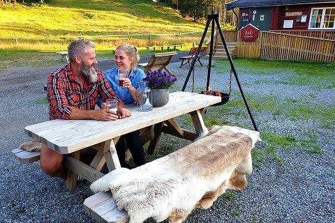 Kveldsstemning: Kveldene er fortsatt lyse og lange, og Sven Helgevold og Anne Nymoen Jensen gleder seg til å fylle tunet på Eiksetra med festglade mennesker 3. august. Foto: Privat