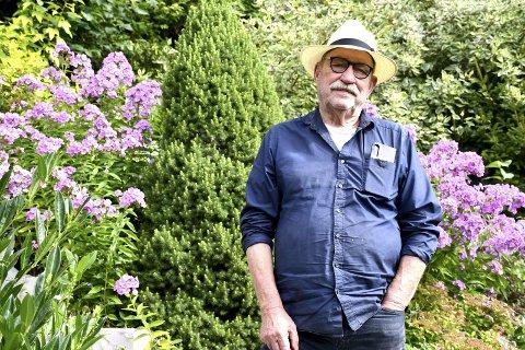 I HAGEN: Forfatter Gert Nygårdshaug tilbringer mye tenketid i sin selvanlagde og frodige hage. I disse dager er han aktuell med romanen Regnmakeren – en fabel med et tydelig miljøfokus.