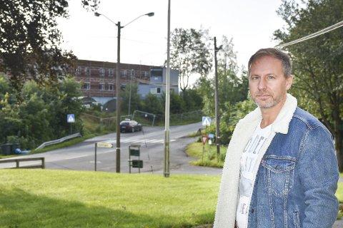 Bekymret: Richard Skaar Thorsrud, adm. dir i Skaar Omsorg, liker ikke tanken på å drive sykehjem med rusmisbrukere som nabo. Fra inngangen til Frogner er det ikke mange metrene bort til Vestsideveien 100 i bakgrunnen.