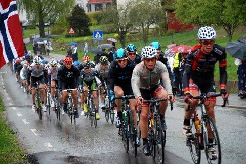Storinnrykk: Rundt 350 syklister fra 10 år og oppover skal i helgen få prøve seg i både tøffe motbakker og krevende utforkjøringer i flerdagersrittet Ronde van Vestkant, som i år er flyttet fra Rykkinn til Sylling. Bildet er fra et tidligere ritt som gikk gjennom Sylling.