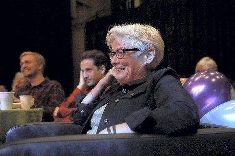 I GODSTOLEN: Mari koste seg og nøt konserten med gamle og nye musikanter og medlemmer av Lier Rockeverksted.Foto: Irene Risan
