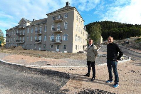 Leilighetene i tidligere Lier sykehus trakk mange skuelystne til salgstart, forteller eiendomsmegler Iver Graff (t.v.) og utbygger Anders Bjerke.