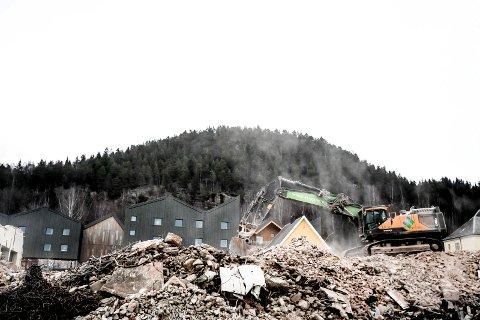 Nesten jevnet med jorden: Det er ikke mye igjen av det gamle vaskeriet, og beboerne på Fosshagen har plutselig fått en helt annen utsikt.