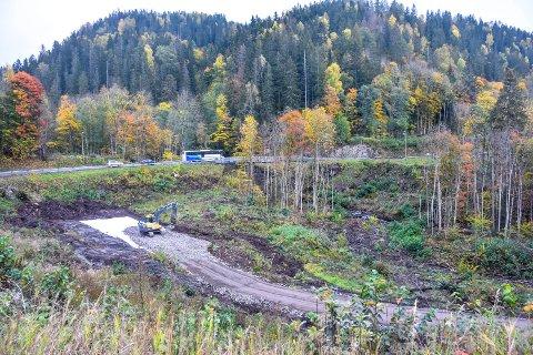 Anleggsvei på plass: Både vei og maskin står klare, til glede for mange av dem som ferdes langs Ringeriksveien.
