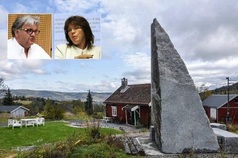 To virkeligheter: Oppfatningene av bautaen utenfor Haugstua er vidt forskjellige hos Knut Olaf Kals fra Skikongens venner og nabo Helga Tharaldsen.