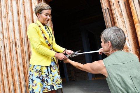 SNORA KLIPPES: Fra åpningen i august der ordfører Gunn Cecilie Ringdal foretok den offisielle åpningen av Helgerudbygningen, med litt hjelp av daglig leder Vibeke Clausen. Foto: Stein Styve