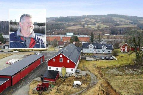 Kjapt salg: Torbjørn Gravdal (innfelt) er fornøyd med at salget av Vestre Kjenner gård er over.