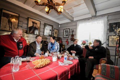 SAMLING PÅ HAUGSTUA: Marius Morin, Gerhard Heiberg, Gunn Cecilie Ringdal, Øyvind Magnussen (Haugs barnebarn) og Knut Olaf Kals diskuterte flittig mulighetene for Lier i forbindelse med 2024-markeringen.