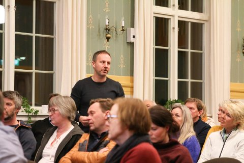Bekymret: Richard Skaar Thorsrud tok ordet under folkemøtet om rusboliger i Vestsideveien. Han mener planene bærer preg av hastverksarbeid og er bekymret.