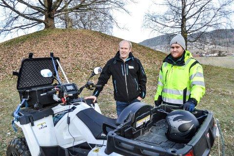 STORE FORVENTNINGER: Arkeolog i Viken fylkeskommune Håvard Hoftun (t.v.) og Ole Jørgen Halle i firmaet Terratec, som gjennomfører georadarundersøkelsene.