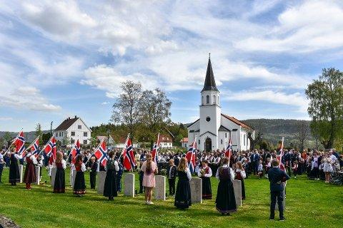 Består: Tradisjonen med å legge ned hvitveis på krigsgravene utenfor Sylling kirke vil gjennomføres på 17. mai i år også – i en litt mindre skala enn vi er vant til. Her fra 2019.