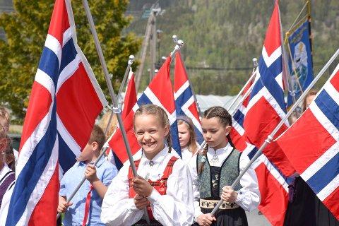 I fjor: Barnetoget i Sylling var fullt av blide barn og norske flagg.