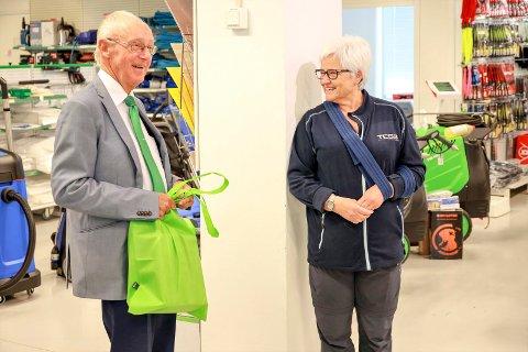 Med sjefen: TESS-gründer Erik Jølberg holdt tale og kunne overrekke en gave da Kari Støckert hadde sin siste dag på jobben etter 48 i samme selskap.