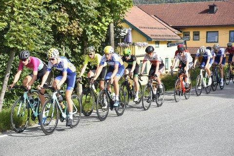 Gjennom Sylling: Søndag bes bilistene vise ekstra hensyn under sykkelløpet. Her fra i fjor da feltet passerte Villa Skaar.