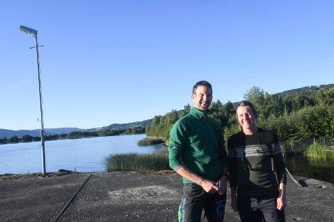 TOK TUREN: Petter Justad og Silje Maurtveten var blant de rundt 200 som deltok på befaringen på Gullaug-halvøya mandag.