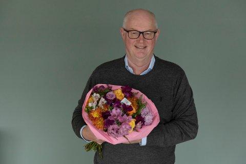 Ga bort blomster: Erling Ølstad, daglig leder i Mester Grønn, synes det er synd at ikke det kan gjøres unntak for ferskvarer når kjøpesetrene måtte stenge.