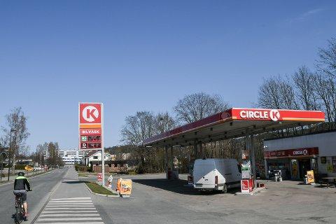 KAN BLI HISTROE; Circle K i Hegsbroveien har klamret seg fast som den siste bemannende bensinstasjonen i Lierbyen. Får selskapet det som det ønsker, kan det imidlertid være slutt på en lang æra.
