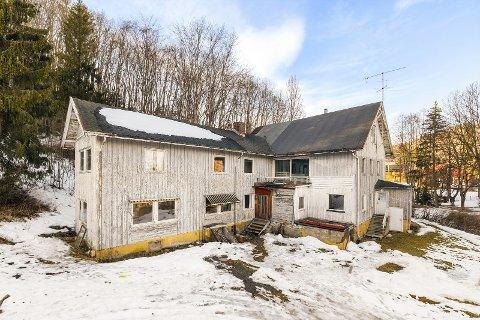 Trenger kjærlighet: Huset på Tronstad har et omfattende rehabiliteringsbehov, men eiendomsmegleren sier det ikke skremmer folk.