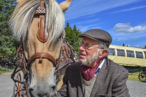 Landslagsdebutant: Det er ikke verst å få landslagsplass i en alder av 77 år. Mulig er Erik Holmin fra Sylling og Sylling rideklubb den eldste landslagsutøveren på kloden.