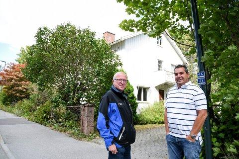 Erling Eri i Lier Eiendomsselskap og huseier Rune Halstensen (til høyre) er glade for å kunne flytte Annekset til denne boligen i Bruveien 5.