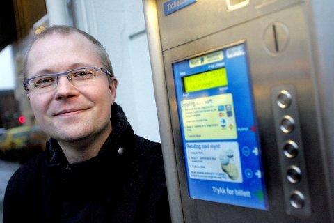 ØNSKER FLERE PARKERINGSPLASSER: Daglig leder i Skedsmo Parkering, Jon Anders Kvist, mener det er underdekning på lovlige parkeringsplasser som fører til feilparkeringer i sentrum og mot boligområdet på Volla. Nå ber han kommunen om å få på plass flere lovlige parkeringsplasser.