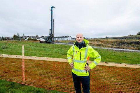 VIL FÅ UT GASSEN: Prosjektleder Lars Gundersen forteller at målet med arbeidet er å få ut gassen, og at det skal være trivelig å bo ved deponiet.
