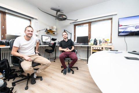 FLY-GRÜNDER: Tomas Brødreskift (t.v.), her sammen med industridesigner Kristian Kierulf, mener elflyet selskapet hans utvikler har stort kommersialet potensial. (Foto: VIdar Sandnes)