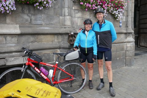 SYKLET SAMMEN: Ekteparet Tanja Asak (58) og Ole Asak (61) syklet Europa på langs sammen. Her er de i Mons i Belgia.