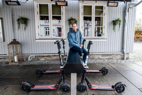 KLARE TIL BRUK: Nå er elsparkesyklene klare til bruk i Lillestrøm. Tom Melby i Byspark er glad for å være i gang.