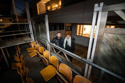 VAKTHOLD: Glenn Kleven, som bor i første etasje på Åråsen, fikk balkongen full av VIF-supportere som kastet bluss, flagg og blomsterpotter opp på leiligheten i etasjen over. Leder i borettslaget der, Tine Wolen Fagerlund, etterlyser bedre vakthold mot leilighetene og balkongene ved stadion.