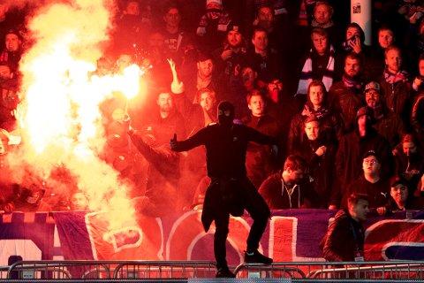 MASKERTE SEG: Mange av VIF-supporterne kom ikledd finlandshetter og lignende under lørdagens kamp på Åråsen. Foto: Terje Bendiksby / NTB scanpix
