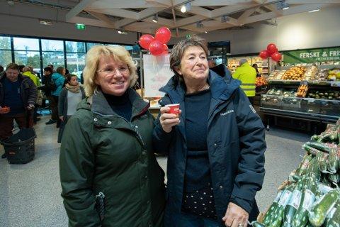 FORNØYDE: Mette Gargano (t.v.) og Mona Linge jobber på Åråsen. De synes det er fint med et nytt tilskudd til dagligvareforretningene.