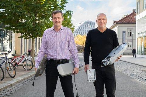 HAR UTVIKLET LYSANLEGGET: Øyvind Sløgedal (t.v.) og Steinar Olsen hos Datek. Her med noe av armaturen som nå er på plass langs E6.