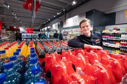 FORNØYD: Butikksjef ved den nye Meny-butikken ved Åråsen er strålende fornøyd med åpningsdagen torsdag. De hadde 1.500 besøkende kunder innom.