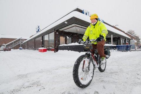 IVRIG: Terje Kleven er en ivrig syklist og pleier å sykle både sommer og vinter. Mandag måtte han likevel parkere sykkelen etter en tur fra Kjeller til Lillestrøm på grunn av for dårlig brøyting.