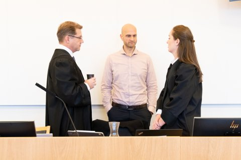 FORKLARTE SEG: Lars Gundersen (i midten), prosjektleder i Skedsmo kommune. Advokat Reidar Sverdrup (t.v.) og advokat Marianne Lundegaard Bjørnsen (t.h.), som begge representerer Skedsmo kommune i rettssaken.