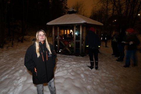 KRITISK: Skedsmo Speidergruppe, ved gruppeleder Helene Tvinde, har stått uten lokaler i flere måneder. De har vært nødt til å avholde speidermøter ute eller hjemme hos hverandre for å få drevet videre. Nå ønsker de en avklaring fra kommunen om hva som skjer fremover.