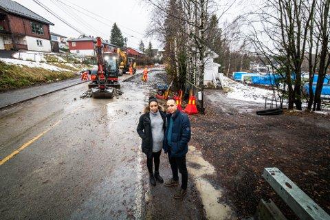 Føler seg uglesett: Ekteparet Helen og Biniam Tekle foran sitt hus i Strømsveien, hvor det nå gjøres klart for åpning av veien. - Vi føler at folk ser på oss som skyldige, selv om dette ikke er vår skyld, sier de.