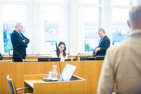 I RETTEN: Vidar Hoel (t.v.) i samtale med advokat Morten Hugo Berger, som representerer de 14 boligeierne ved Brånåsdalen avfallsdeponi. Boligeierne krever erstatning for økonomisk tap fra kommunen. I midten advokat Hanne Bjørge-Eriksen.